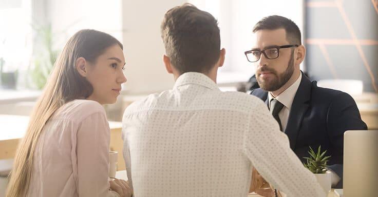 Gespräch mit jungem Paar